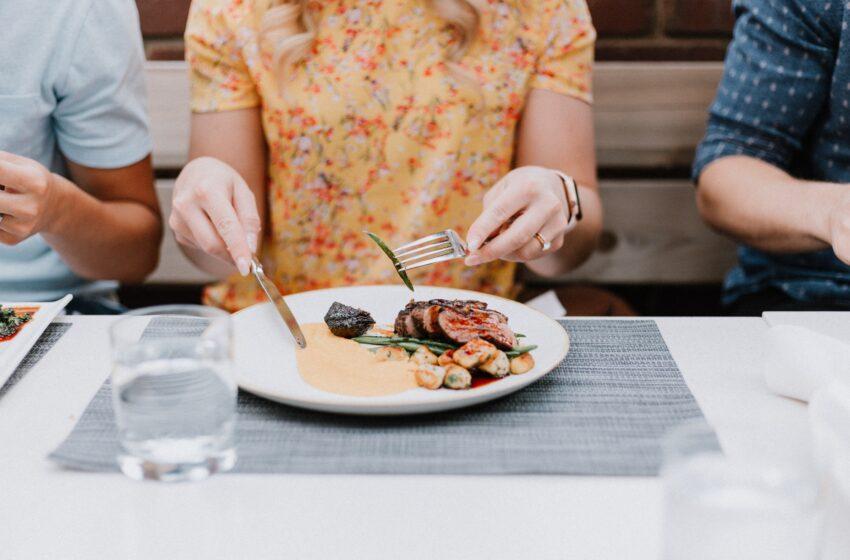 ¿Cómo debe alimentarse una persona con COVID-19?